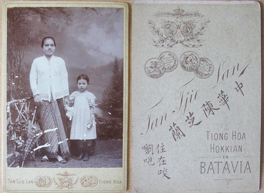 Saïna Binti Maän (Ina Schmitz du Moulin) et sa fille / und ihre Tochter Maria Anna (Marietje) Schmitz du Moulin, ca. 1899 © Tan Tjie Lan, Tiong Hoa, Hokkian en Batavia