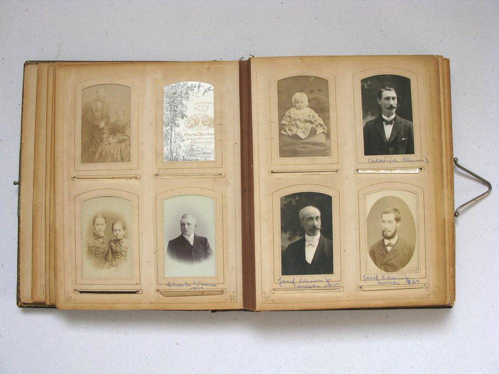 A droite en haut / rechts oben: Alderich Schmitz © Charles Bernhoeft, 1906 A drotie en bas / rechts unten: Joseph Schmitz © Charles Bernhoeft, 1906 et / und © G. R. Lambert & Co., Singapore, ca. 1885