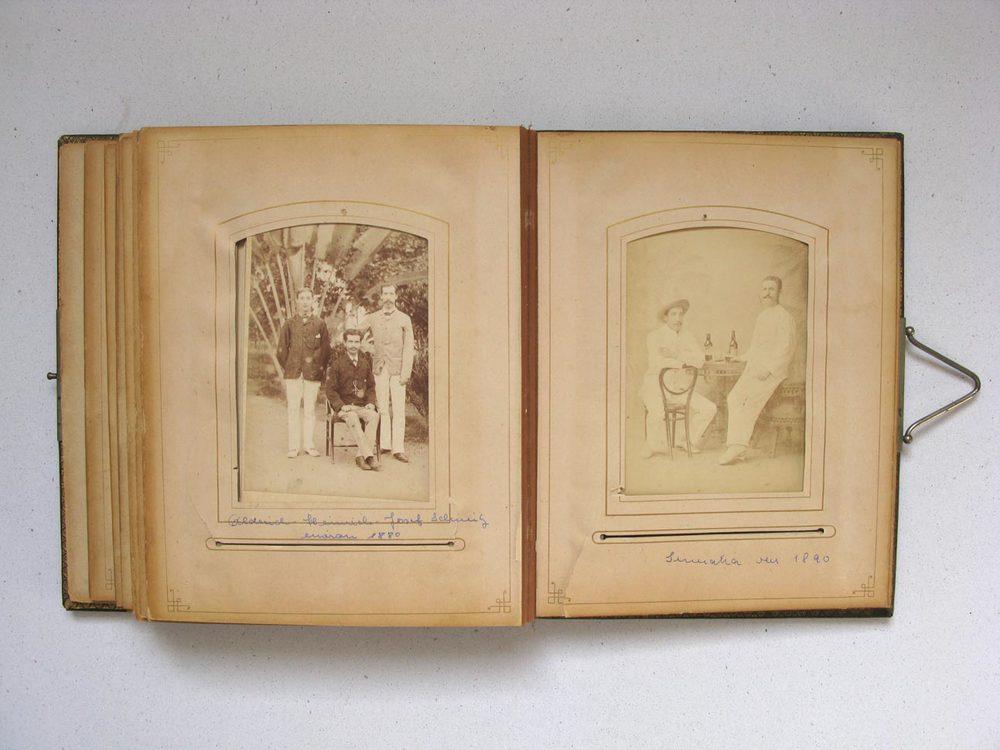 A gauche / links: Alderich, Heinrich, Joseph Schmitz © H. Ernst & Co Photographers Medan Deli Sumatra
