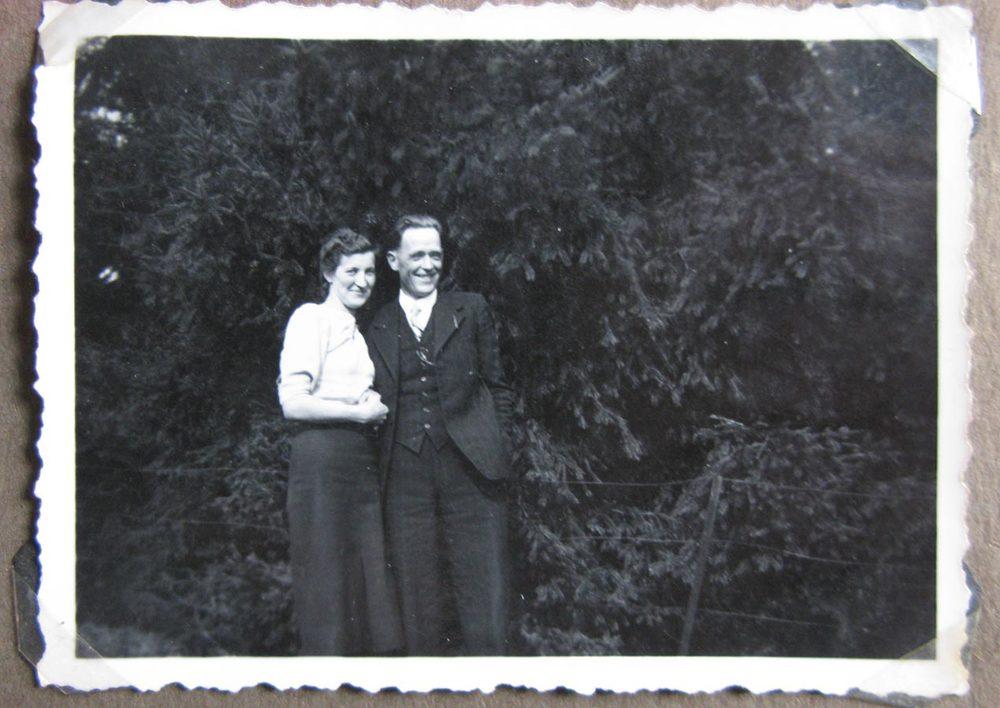 """""""Lisi et Josy se font l'honneur de se présenter à toi comme 'fiancés'"""" / """"Lisi u. Josy beehren sich, Dir sich als 'Verlobte' darzustellen"""", Birelerhof, ca. 1940 © photographe inconnu, droits réservés"""