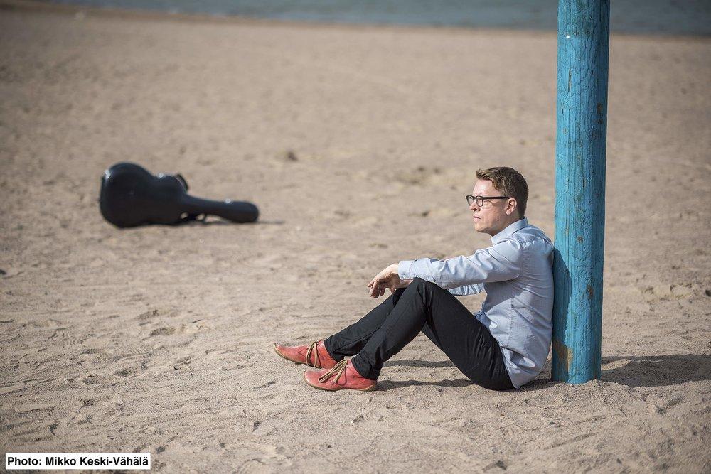 petri kumela istuu rannalla.press1a.jpg