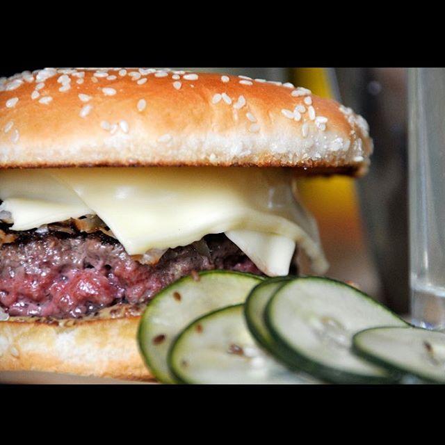What burger will you order tonight @the_ciderhouse ?  #cheeseburger #baconcheeseburger #barbershopspecial #daskraut #mmmmericaburger #smokehouse #theciderhouse #bestburgeriniowa #fairfield #dinnertime #localbeef #iowa #midwesteats #foodporn #nom