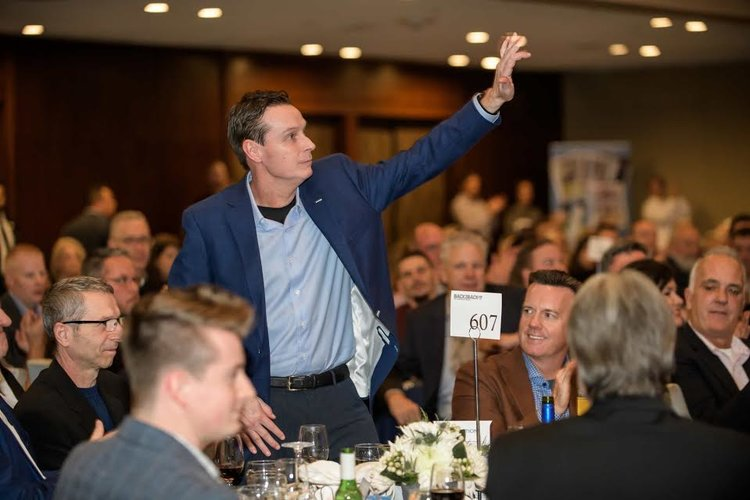 KEVIN MALLOY ACCEPTS APPLAUSE AT THE 1992-93 WORLD SERIES BACK-TO-BACK CELEBRATIONS AT THE WESTIN HARBOUR CASTLE. PHOTO: MICHELLE PRATA.