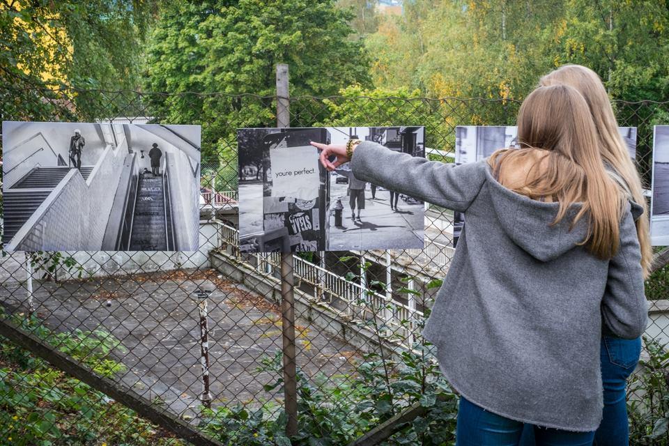 To jenter kommenterer bilder på utendørsutstillingen i forbindelse med Nasjonal Fotovandring 2015.