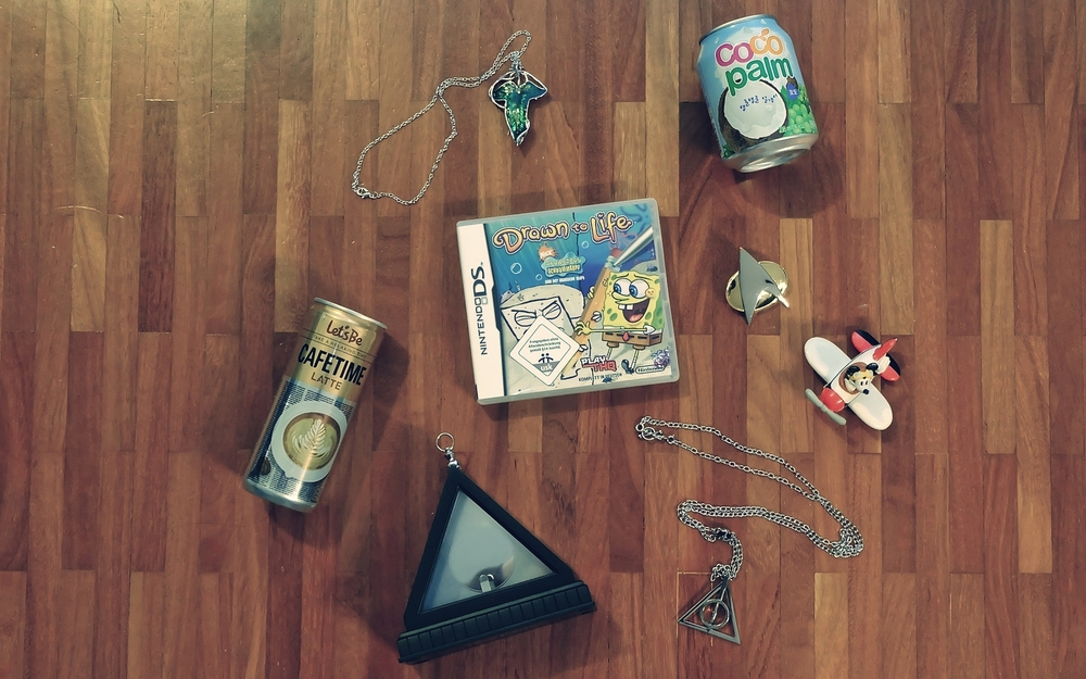 So here is what I got: The Elven brooch from Lord of the Rings (brooch and also necklace), korean coconut juice and coffee, a spongebob game for the DS, a Star Trek brooch, a Mickey Maus on an airplane for the little one, and the necklace from Harry Potter, Xenophilius Lovegoods.