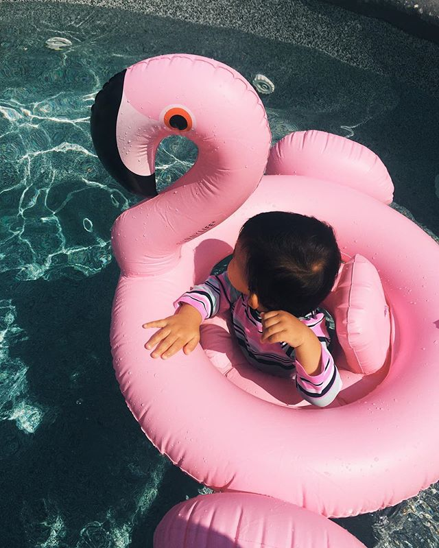 this little flamingo and I are big fans of pool days at my family's home 👙  #nannylife