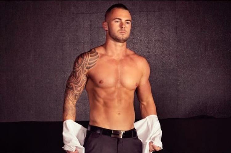 topless waiter byron bay
