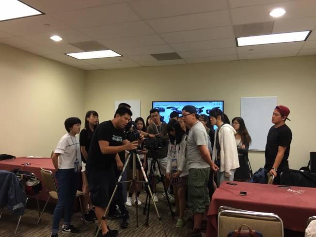 電影營學員們正進入核心拍攝器材使用課程,由好萊塢新銳導演張維綱(主講師)請來攝影師Andy Chen,講解攝影器材使用以及攝影專用術語。