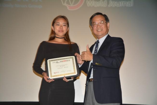 世界日報社長郭俊良(右)向最佳表演獎得主徐珊珊(左)頒獎。(記者楊青/攝影)
