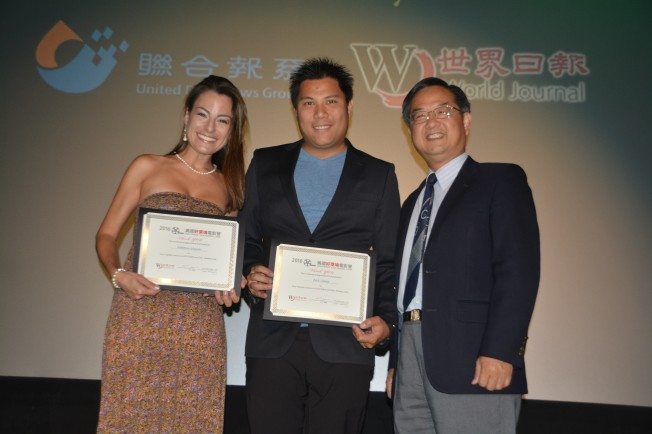 世界日報社長郭俊良(右)向電影人張維綱(中)和Fabienne Maurer(左)頒獎表示感謝。(記者楊青/攝影)