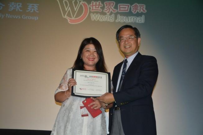 世界日報社長郭俊良(右)向領隊蔡美玲(左)頒獎表示感謝。(記者楊青/攝影)