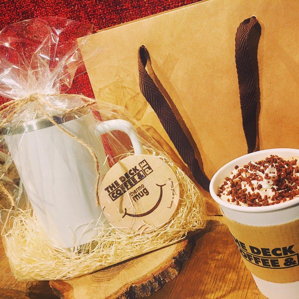 2/3-2/14の期間内にOriginal Thermo Mugをお買い上げのお客様に、THE DECK COFFEE & PIEよりお好きな1DRINKをプレゼント♡ しばらくお待たせ致しました現生産分、おかげさまで早くも在庫がいよいよ半分を切りました☆ また、現段階で再販の目処はございませんのでお早めにどうぞ☆