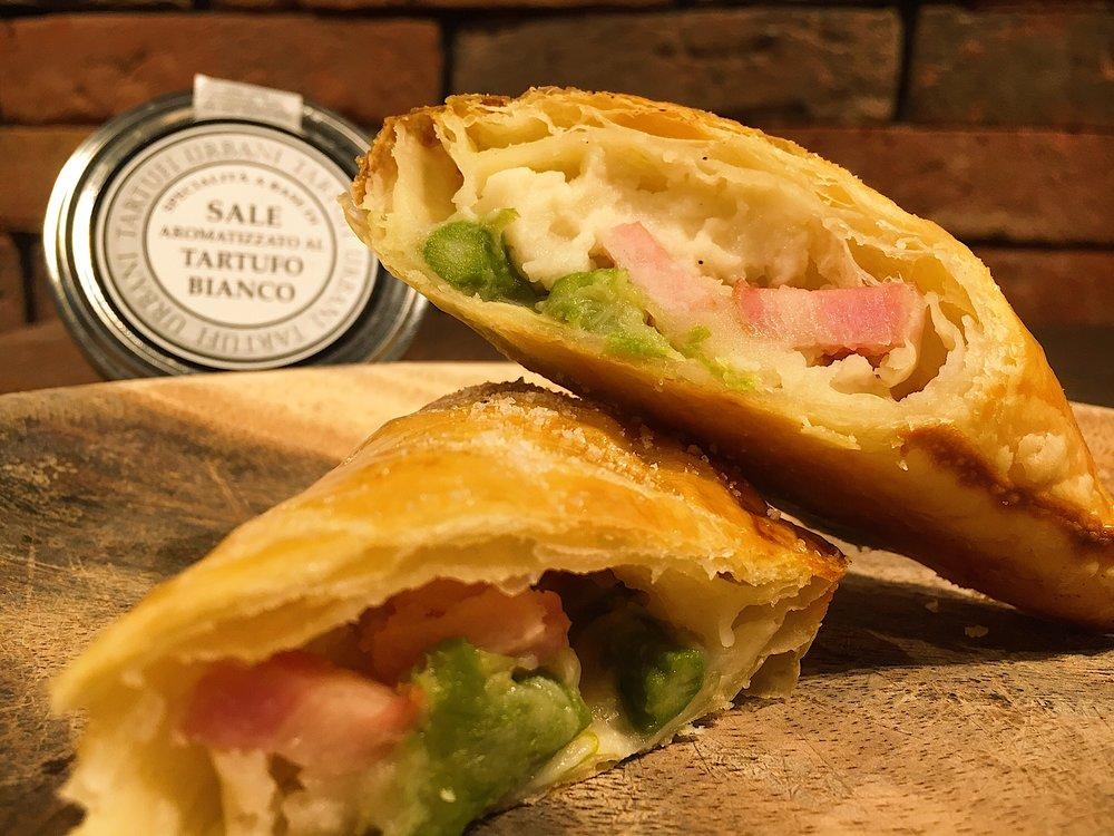 期間限定「Bacon Asparagus Potato Pie -ベーコンアスパラポテトパイ-」単¥420 、サラダボウルドリンクSET ¥900、プチクレミアドリンクSET ¥1000 ♫ 白トリュフ塩とバターで仕上げた舌触り滑らかなマッシュポテト、オリーブオイルとシーズニングで炒めたグリーンアスパラベーコンを合わせ。 単品で軽食からSETのお食事まで、その時のお腹に合わせてお選び下さい♡ 6/29よりStart ☺︎
