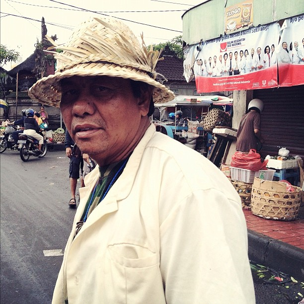7/10 #indonesia #bali #denpasar #markets #streetphotography #mobilephotography #iphonesia (Taken with instagram)