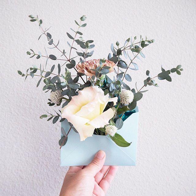 Sain joskus viime vuoden loppupuolella päähäni, että haluan uutiskirjetilaukseeni visuksi kirjekuoren mistä tulee kukkia. Sinänsä kukat eivät mitenkään aiheeseeni liity, mutta ajatus oli, että se viestii, että lähetän kivoja kirjeitä missä on kivaa sisältöä. . Heti seuraavana päivänä menin kukkakauppaan hakemaan kukkia ja tungin niitä erilaisissa ryppäissä erivärisiin kirjekuoriin. Otin kuvia erilaisia taustoja vasten, erilaisilla yhdistelmillä ja kombinaatioilla. Suosittelen tällaista monen kuvan taktiikkaa a) siksi, että sillä tavalla on helpompi vertailla mistä tuli paras versio ja b) siksi, että sillä tavalla saa paljon eri variaatioita ja materiaalia somekanaviin. Täällä somemaailmassa kun tiuha postaustahti ja laadukas materiaali ovat tärkeitä. . Tämä kuva on yksi niistä variaatioista tuosta kuvaussessiosta ja ns virallinen uutiskirjekuva löytyy mun uutiskirjetilaus -sivulta (linkki löytyy profiilista - tilaa kiva uutiskirje). . Otatko sinä itse kuvia somekanaviisi? . . #kirjekuori #naisyrittäjiensomehaaste #kukka #flowerart #sosiaalinenmedia #yrittäjyys #yrittäjä #uutiskirje #kirje #creativehappylife #digimarkkinointi #markkinointi #sisällöntuotanto