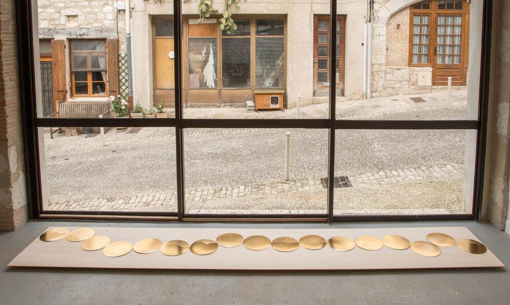 Les Ronds d'Or, 2016,drawing series golden rounded card. Image: Dominique Delpoux, Pollen, Monflanquin,exhibition view