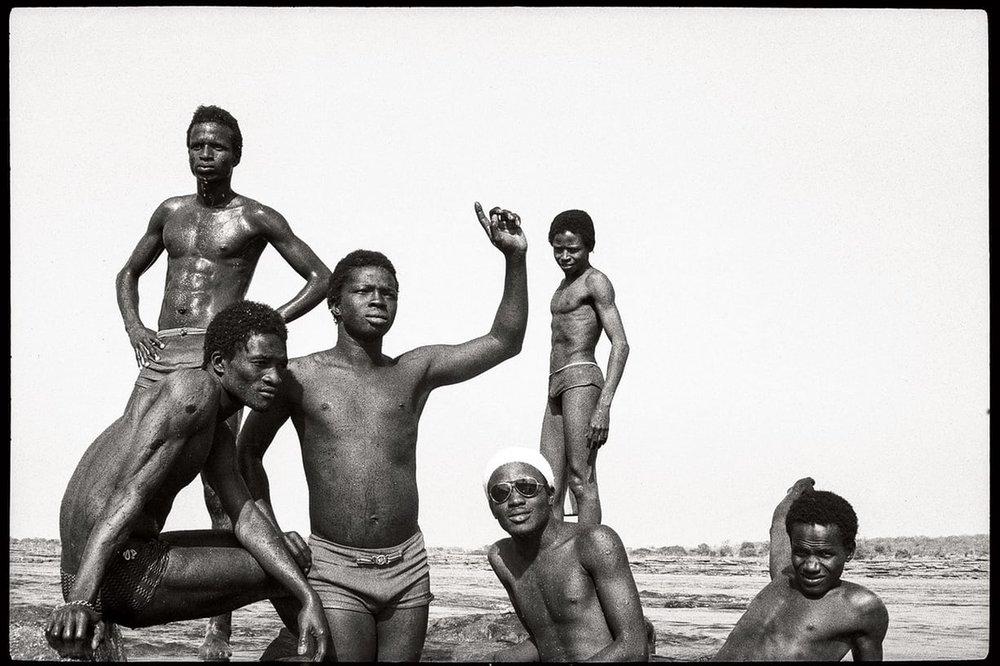 Les Garçons à la Chaussée, 1975 © Malick Sidibé/Gallery 51, Anvers