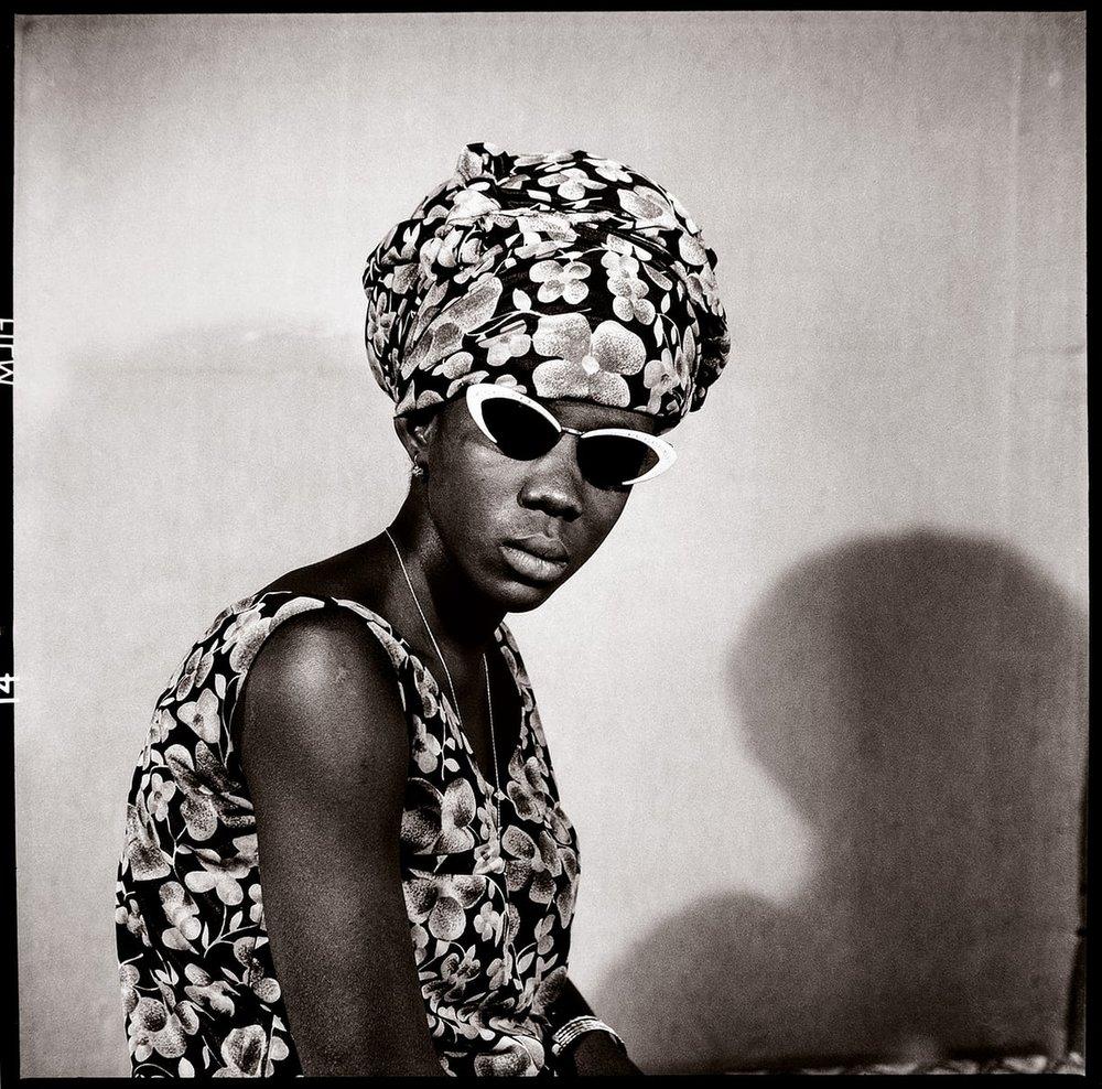Mademoiselle Kadiatou Touré avec mes Verres Fumés, 1969 © Malick Sidibé/Galerie Magnin-A, Paris