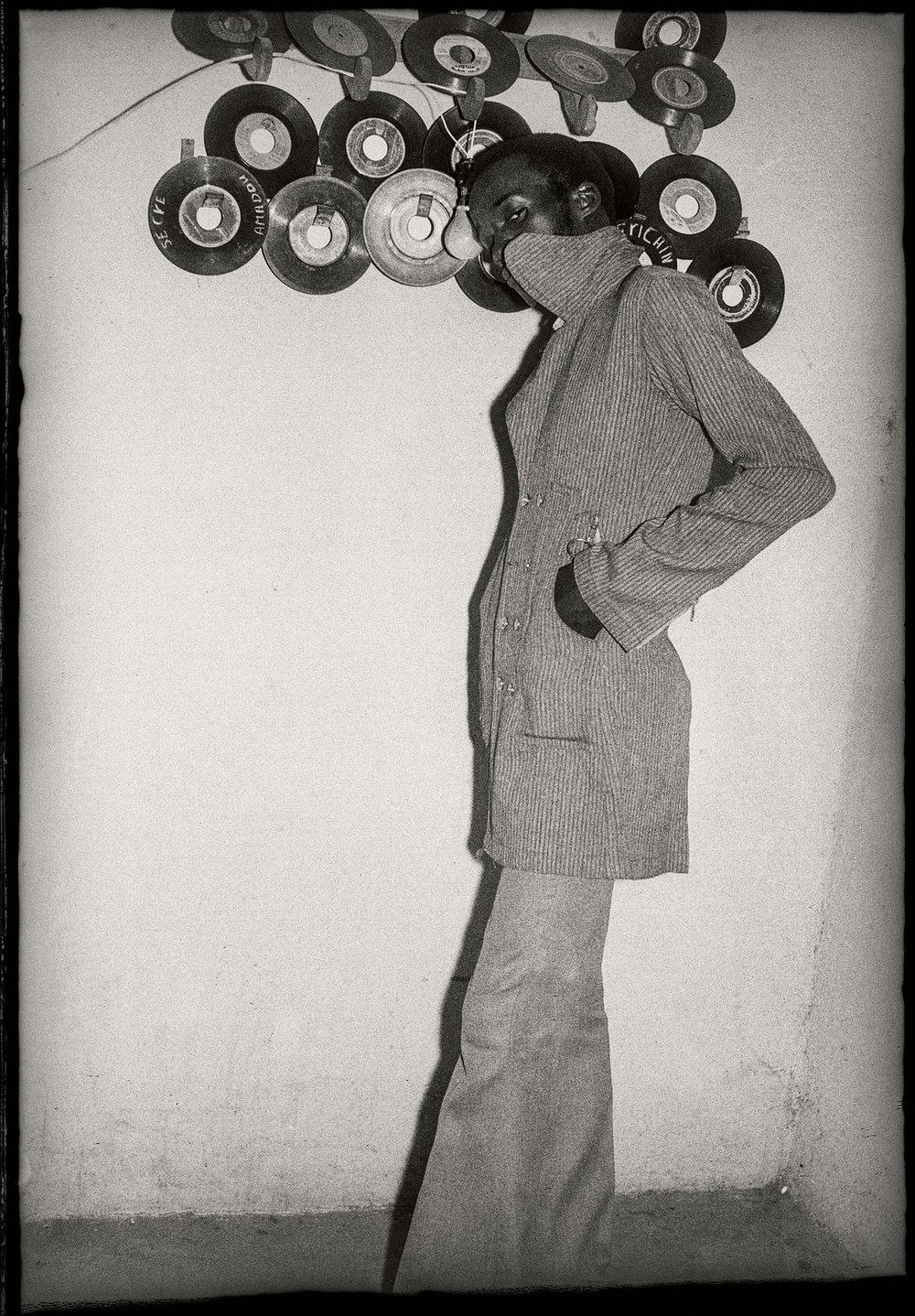 Je Suis Fou des Disques, 1973 © Malick Sidibé/Cartier pour l'art contemporain, Paris