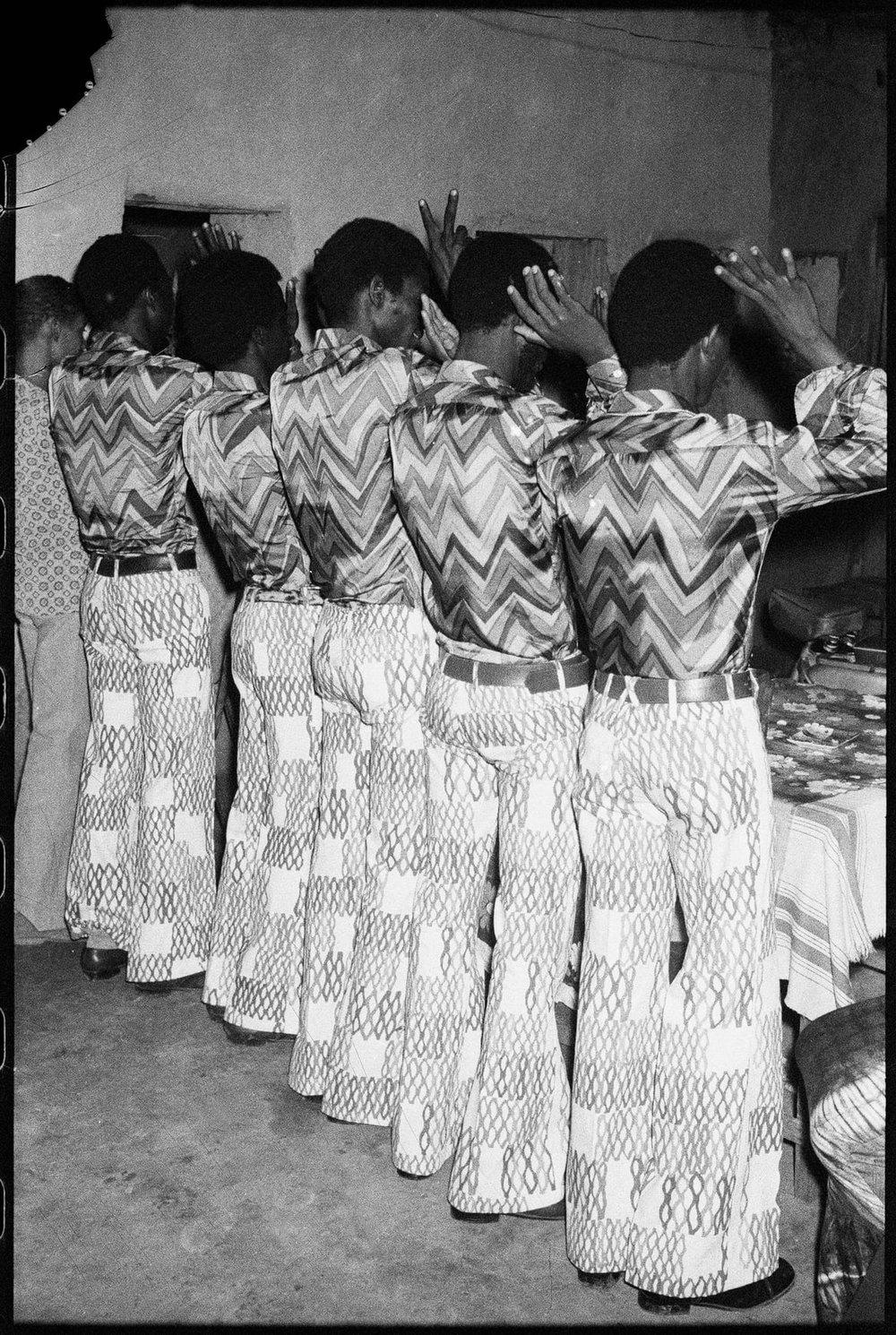 Les Amis dans la Même Tenue, 1972 © Malick Sidibé/The Pigozzi Collection/CAAC