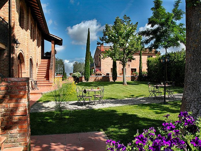 Villa Rosa - Situated on the border of Tuscany and Umbria Villa Rosa has 360 degree views of vineyards and olive groves.Read More...