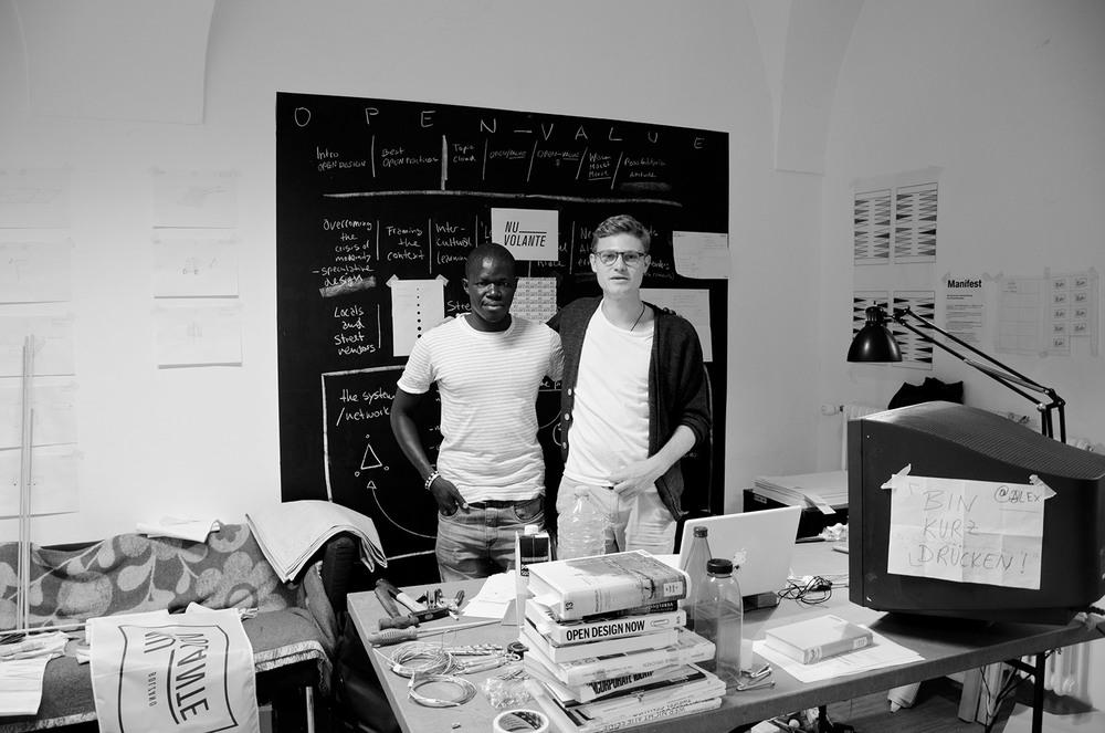 Il venditore senegalese, Dane, e lo studente di Design, Raphael, ad un primo incontro nella facoltà di Design durante il progetto della tesi di laurea.