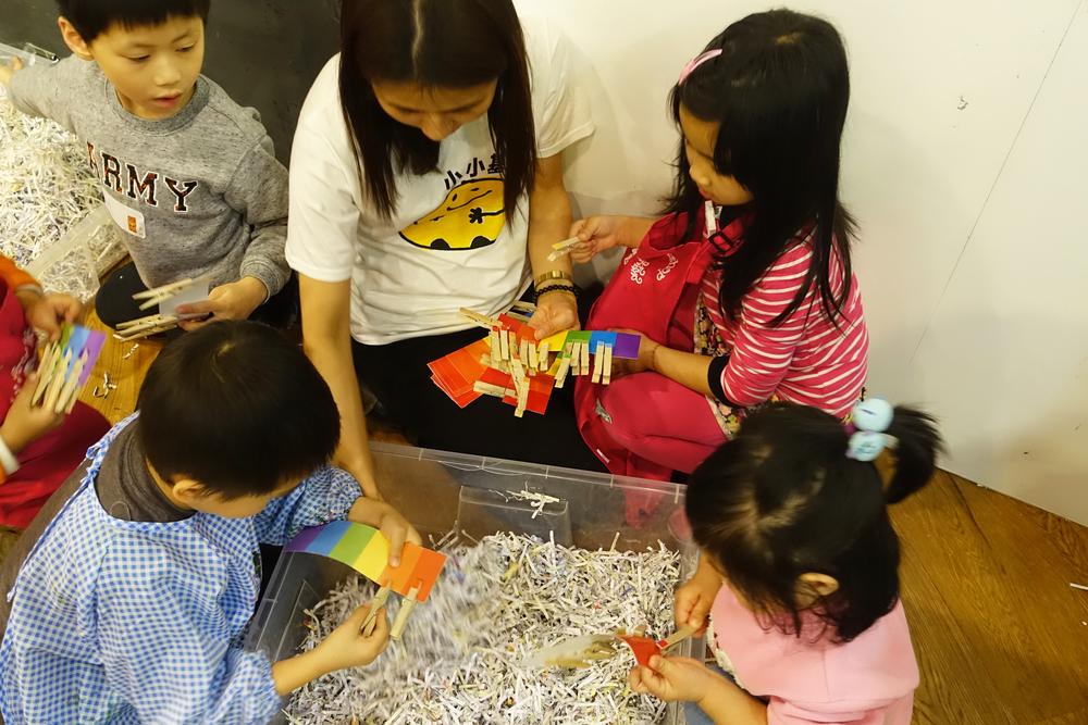 老師帶領小朋友玩顏色配對遊戲