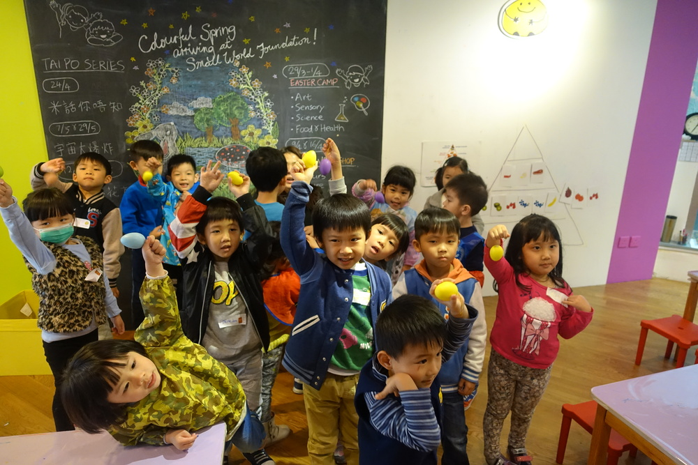 Vicky老師問有關蔬果營養問題,答對的小朋友獲贈復活蛋。小朋友興奮得蹦蹦跳!