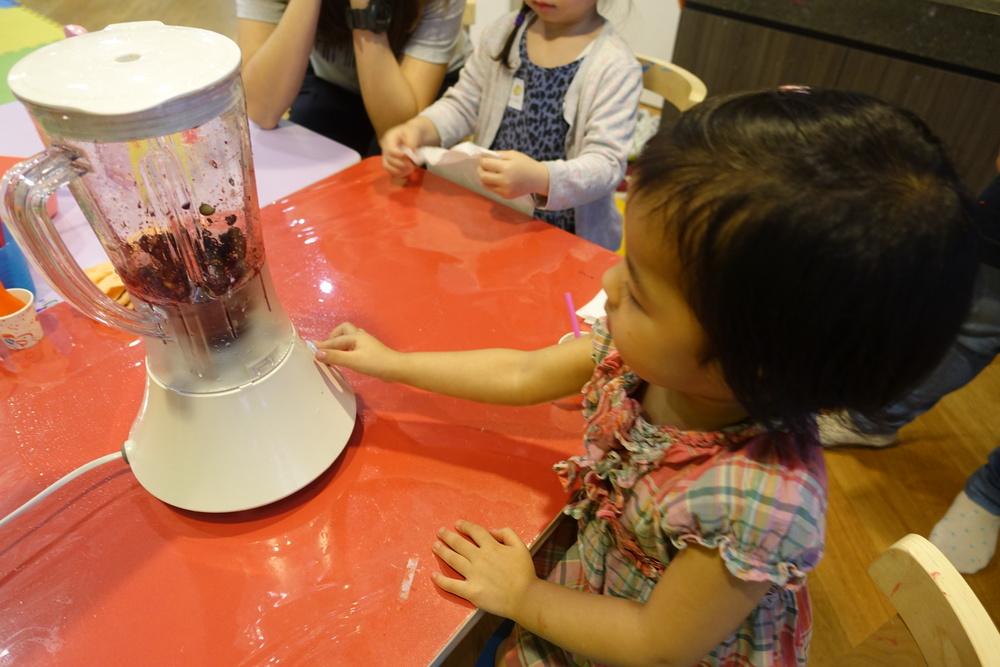 小朋友初次接觸攪拌機, 眼見攪拌過程中的水果跳動,他們表現得非常興奮