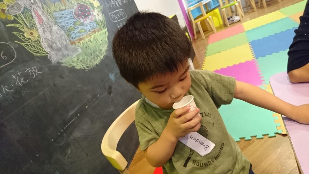 刺激味蕾,淺嚐水果的味道,小朋友都喝得津津有味。