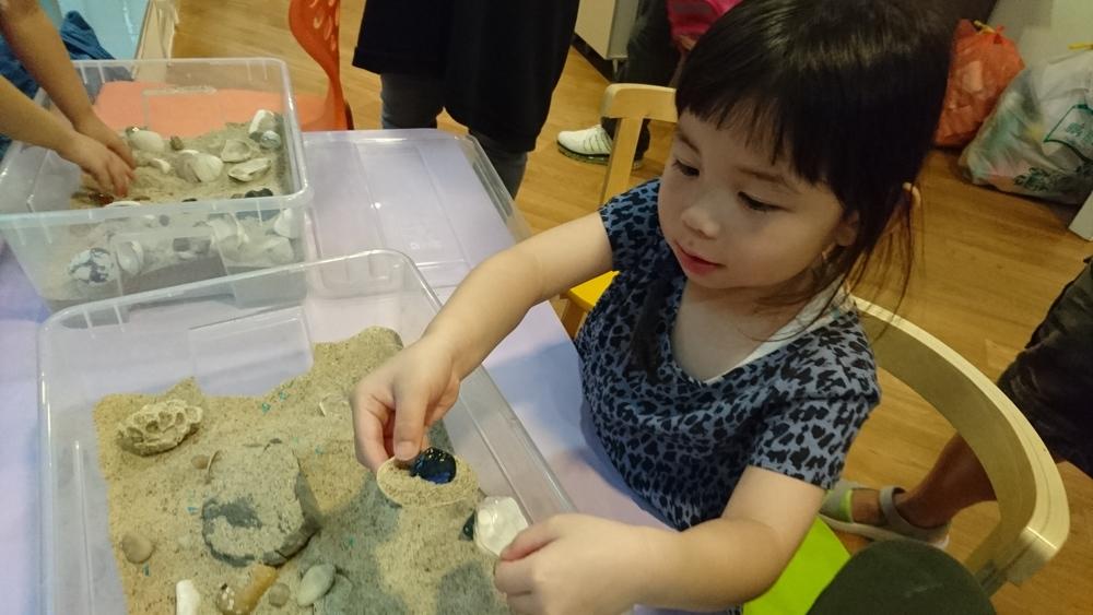 小朋友愛玩泥沙,小手去找小石及貝殼都可以好好玩