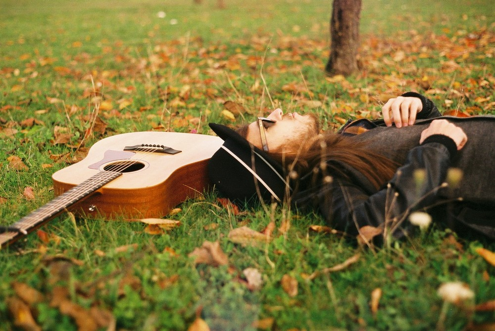 carlos-sadness-tumbado-con-guitarra.JPG
