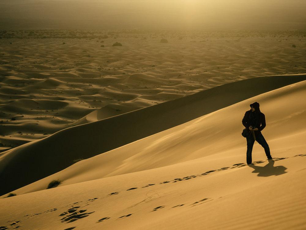 Adrián en las dunas marroquíes fotografiado por Álvaro.