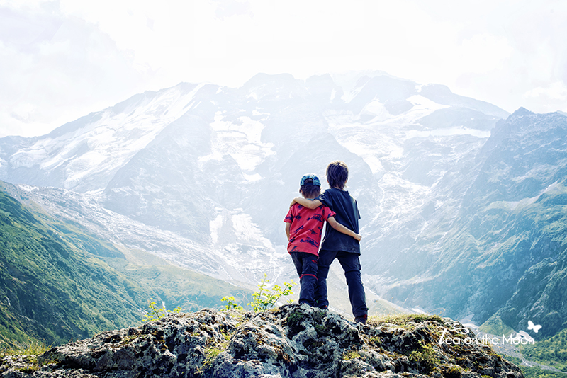 Martí y Guillem en los Alpes | Foto: Begoña de Tea on the moon.