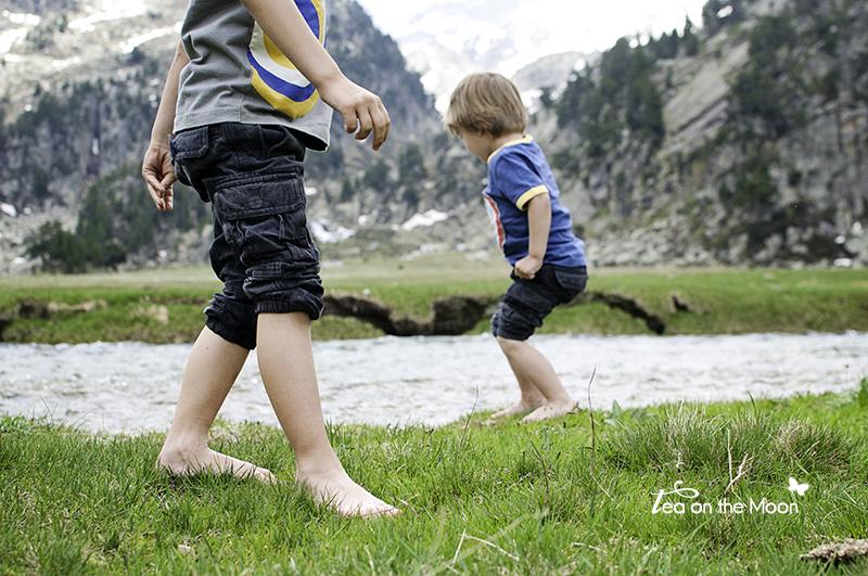niños-jugando-lago-en-montañas.jpg