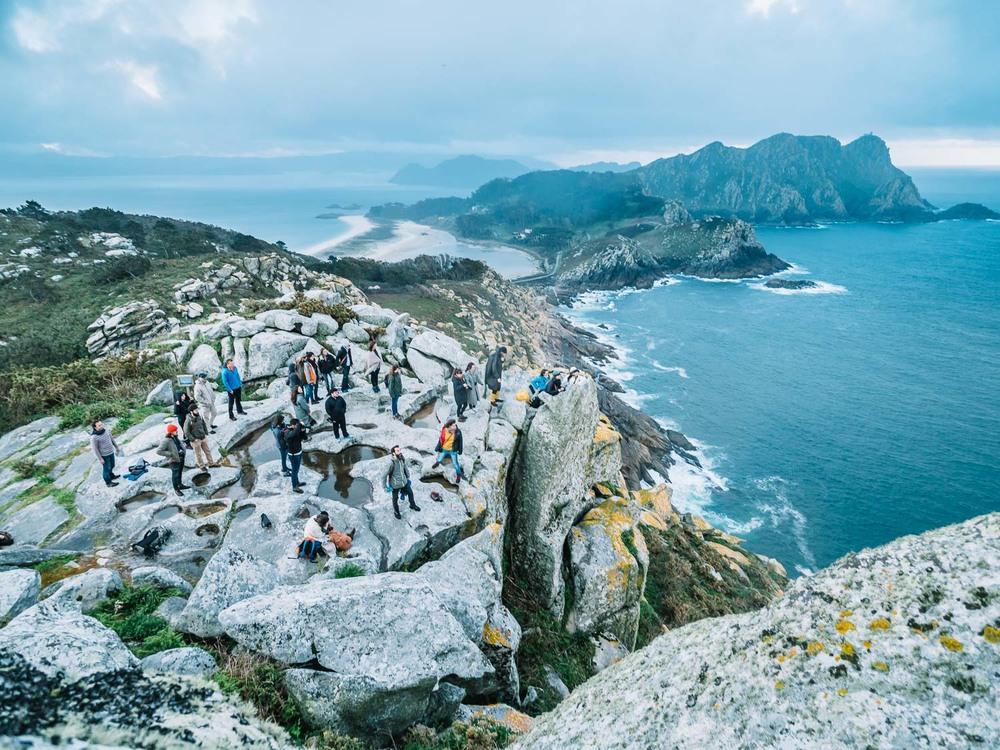 Exploradores en las Cíes. Foto de Álvaro Sanz.