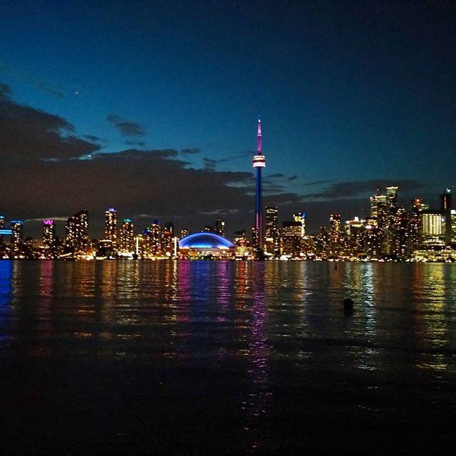 Best view of the city 😚 Thanks @canoetoronto #citylights #island #toronto #canoe #taxi