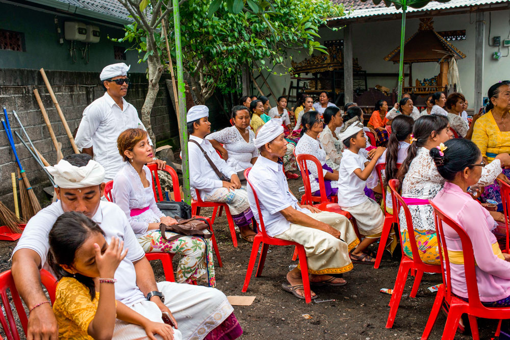 Pak Ketut (in sunglasses at the back) with Salina (sitting down in white kebaya and pink sash, looking forward to the trance ceremony.