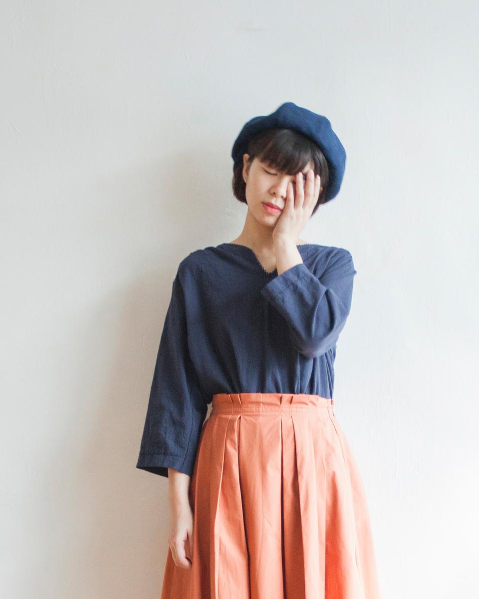 NBT822 lace hem gathered back blouse | navy | HK$268 NT$1110