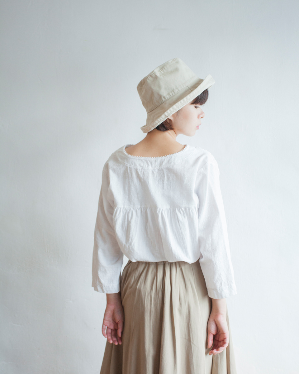 NBT822 lace hem gathered back blouse | white | HK$268 NT$1110