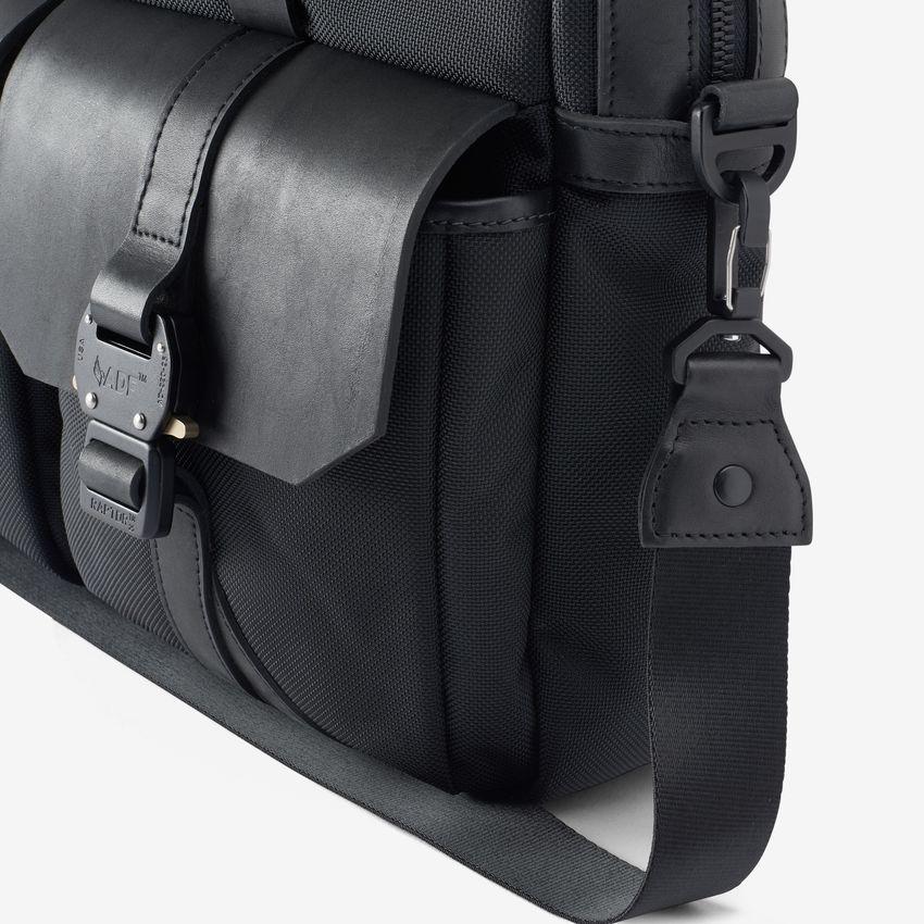 bag-1014852-fieldbag-blacknylon-detail-web.jpg
