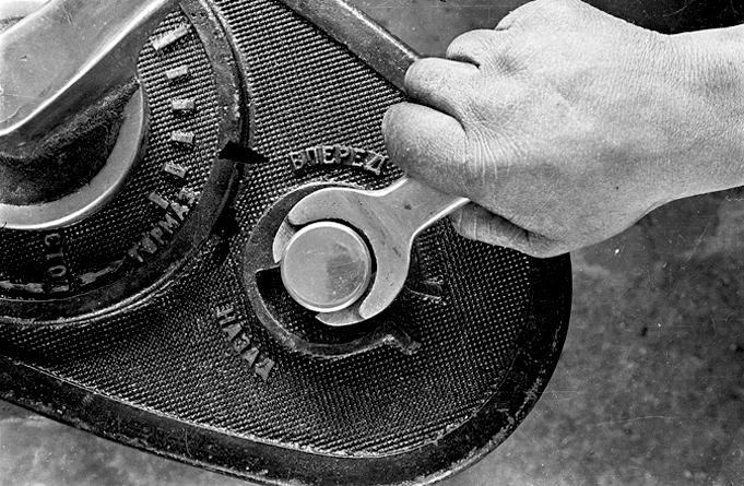 boris-ignatovich-tightening-the-bolt-lever.png