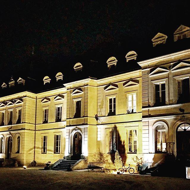 The chateau at night provides the perfect backdrop to  your parties, family gatherings and weddings.  Victoria x  #chateau #frenchlife #retreatvenue #summerevenings #holidayaccomodation #holidayvenues #vacationtime #weddingvenue #photoshoot #weddingday #weddinginspiration