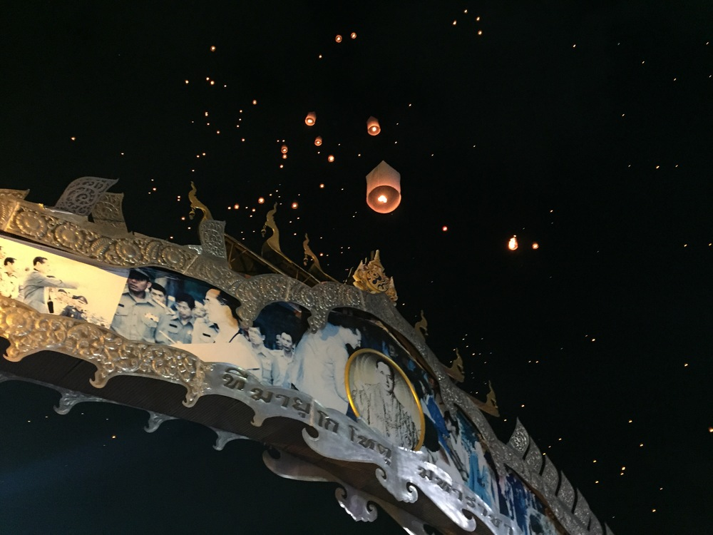 Release of the lanterns above the King's Archway into the city