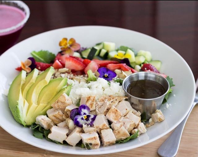 Sun is out and flowers are in bloom! Come try our Cali Dreamin' salad today. 😍 #eatatluxe #eatdrinkreluxe #luxerestaurant #luxevanwa #luxewa #pnw #discovervanusa #discovervanwa #vanwa