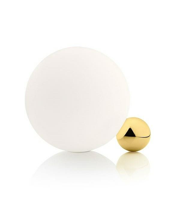 Copycat bordlampe fra Flos. Er en lille smuk og elegant bordlampe. Foden er fremstillet i aluminium og siden belagt med 24 karats guld. Den lille kugle er sat sammen med en større som er fremstillet af opalglas. En ledning af tekstil med lysdæmper medfølger. Dette design er et kunstværk og tiltrækker sig opmærksomhed i rummet. Lampen fås også i kobber,sort og alu. Jeg ønsker mig helt vild meget denne smukke lampe!! Kan købes lige her: Copycat bordlampe