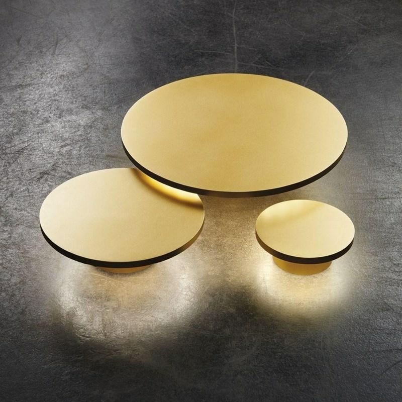 Soho W4 LED Væglampe i guld fra Light-Point er ganske enkelt belysningssmykker til din væg. Her er mulighed for den ultimative spice-up der kan laves helt personlig. Vælg mellem størrelserne W1, W2, W3 og W4 der alle findes i farverne Hvid, Sort samt de nye Mocca og Gold. Muligheden for at sætte dem op hvor størrelser (og farver for de modige) kombineres er ikke nok.. Nej Ronni er gået helt amok og har designet lamper der kan overlappe og i en smækker symbiose sammenkæde deres tilstedeværelse til et nyt lys-væsen. Vi overvejer her at Mocca og Gold i lidt forskellige størrelser, vil flytte en hvid skamfuld væg op på stjerne-niveau. Lamperne kan bruges både inde og ude... MUSTHAVE :D Lamperne kan købes her: Light-point væglampe i guld.