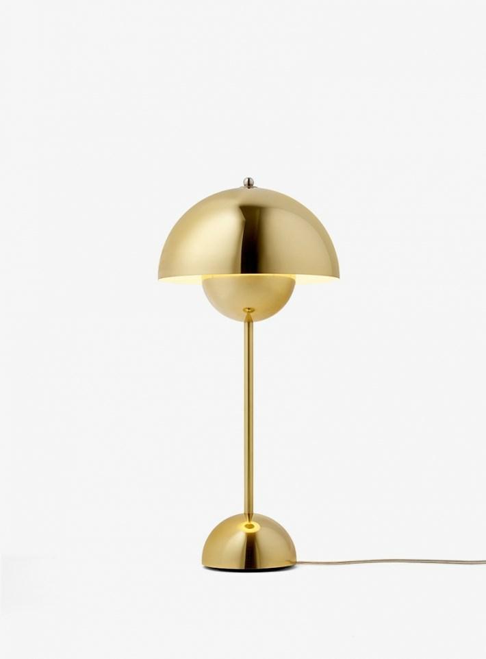 Flowerpot VP3 Bordlampe Poleret Messing er inspireret af 60'ernes og 70'ernes Flower Power revolution. Flowerpot VP3 er en superflot bordlampe med skærm og fod i samme farve – og er med til at give dit hjem en stilfuld belysning. Flowerpot er en klassiker, men ikke desto mindre, så er den min favorit... i messing!! :P Har denne smukke bordlampe i lysegrå, den er helt utrolig fin... men må da eje denne også!! Lampen kan købes her: Messingflowerpot