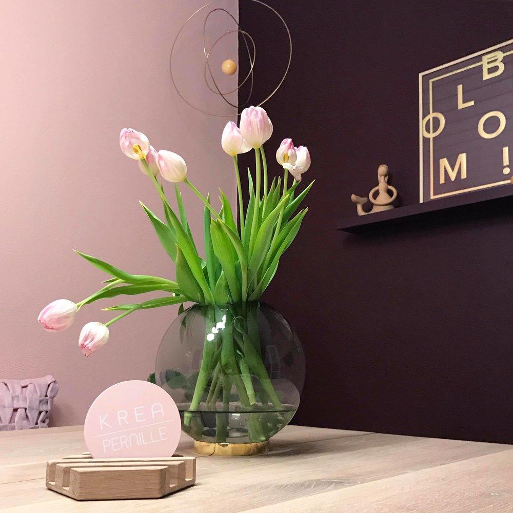 Den flotte bordeaux farve står super smukt til den rosa farve.