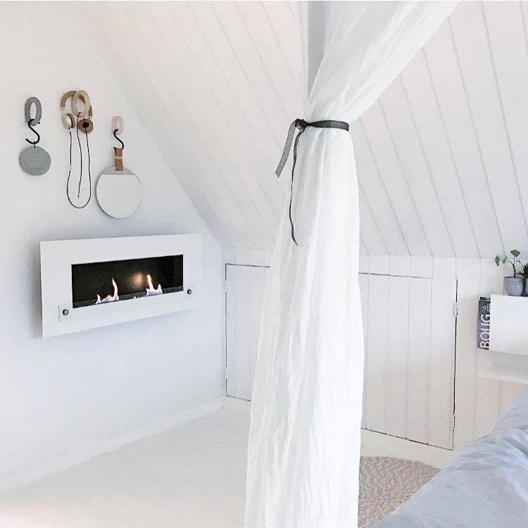 Om vinteren er vores soveværelse meget køligt, så der flytter biopejsen på 1 sal og giver både en fantastisk hygge og masser af varme fra sig, inden sengetid :) Den er ikke bare praktisk den er også enorm smuk! :)